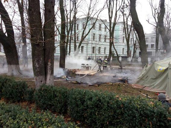 УКиєві біля Верховної Ради згорів намет протестувальників
