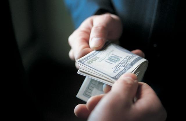 За 5 тисяч доларів прикарпатські поліцейські обіцяли громадянину не притягувати до кримінальної відповідальності його сина