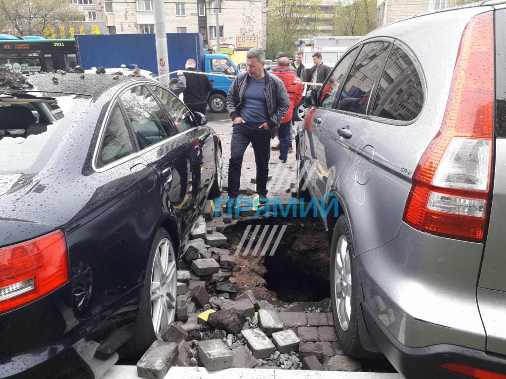 УКиєві прорвало трубу: утворився п'ятиметровий фонтан води, пошкоджено автомобілі (ВІДЕО)
