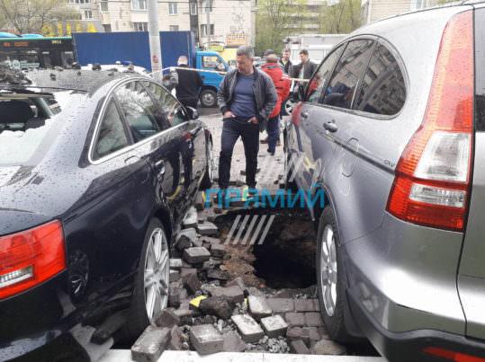 Київ прорив на Солом'янській - пошкоджені авто. Фото