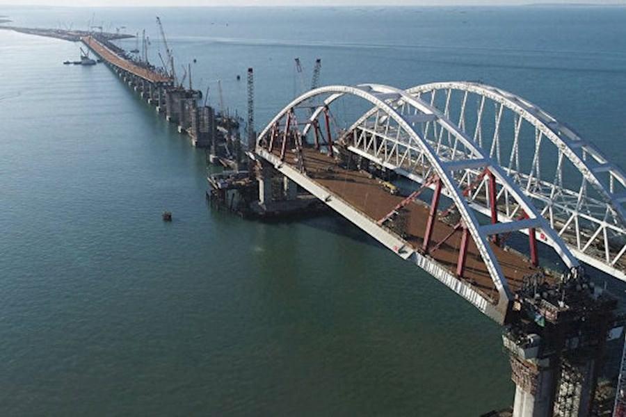 На півроку раніше: окупанти оголосили дату відкриття Кримського моста
