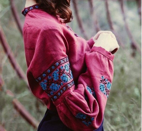 8ee2d7936133d4 Також цього року дуже стильно, коли вишиванки яскравих кольорів, зокрема  бордового, зеленого, рожевого. Такі вишиванки виглядають не просто стильно,  ...