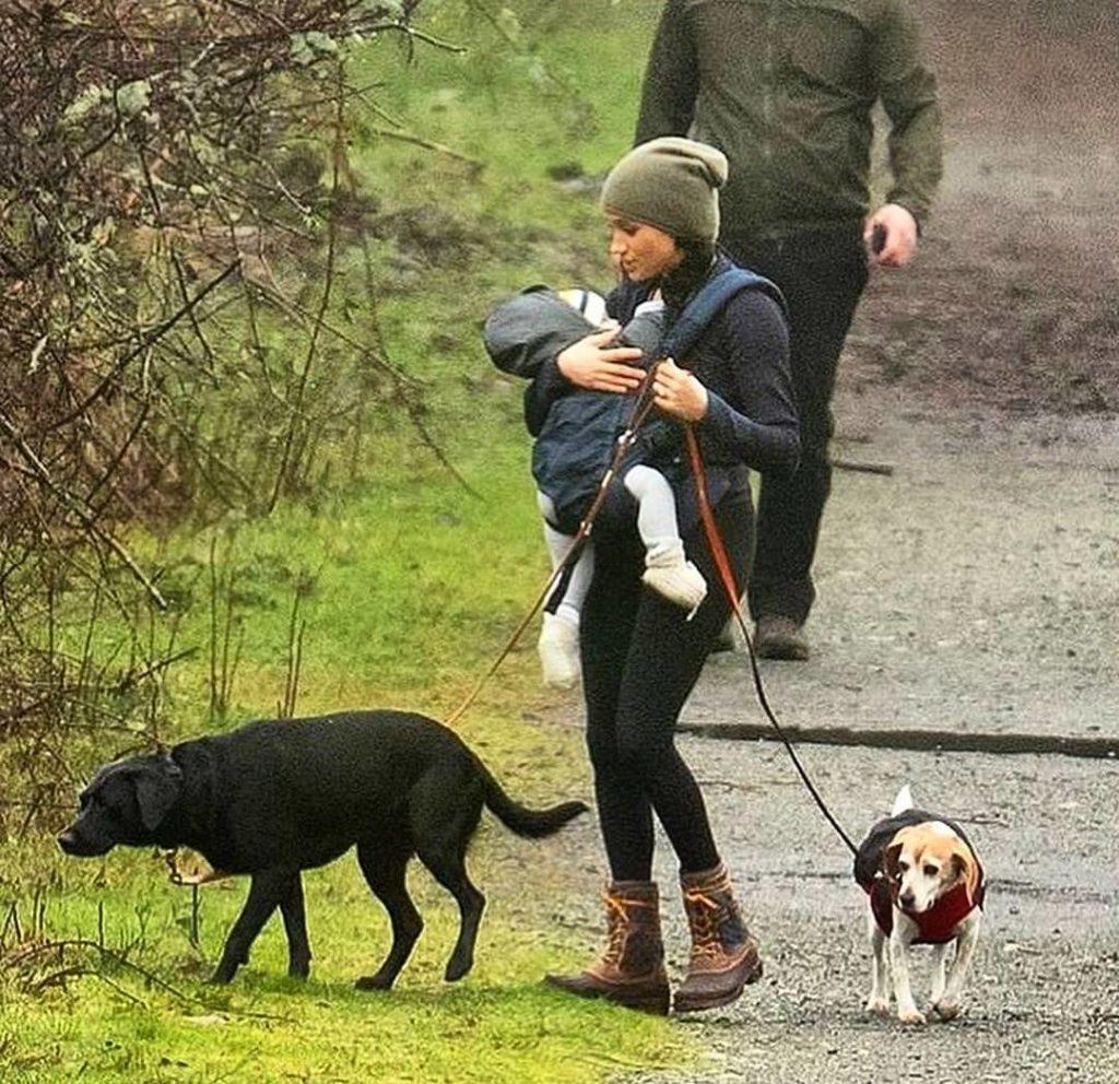 Меган Маркл сфотографували на прогулянці з сином Арчі