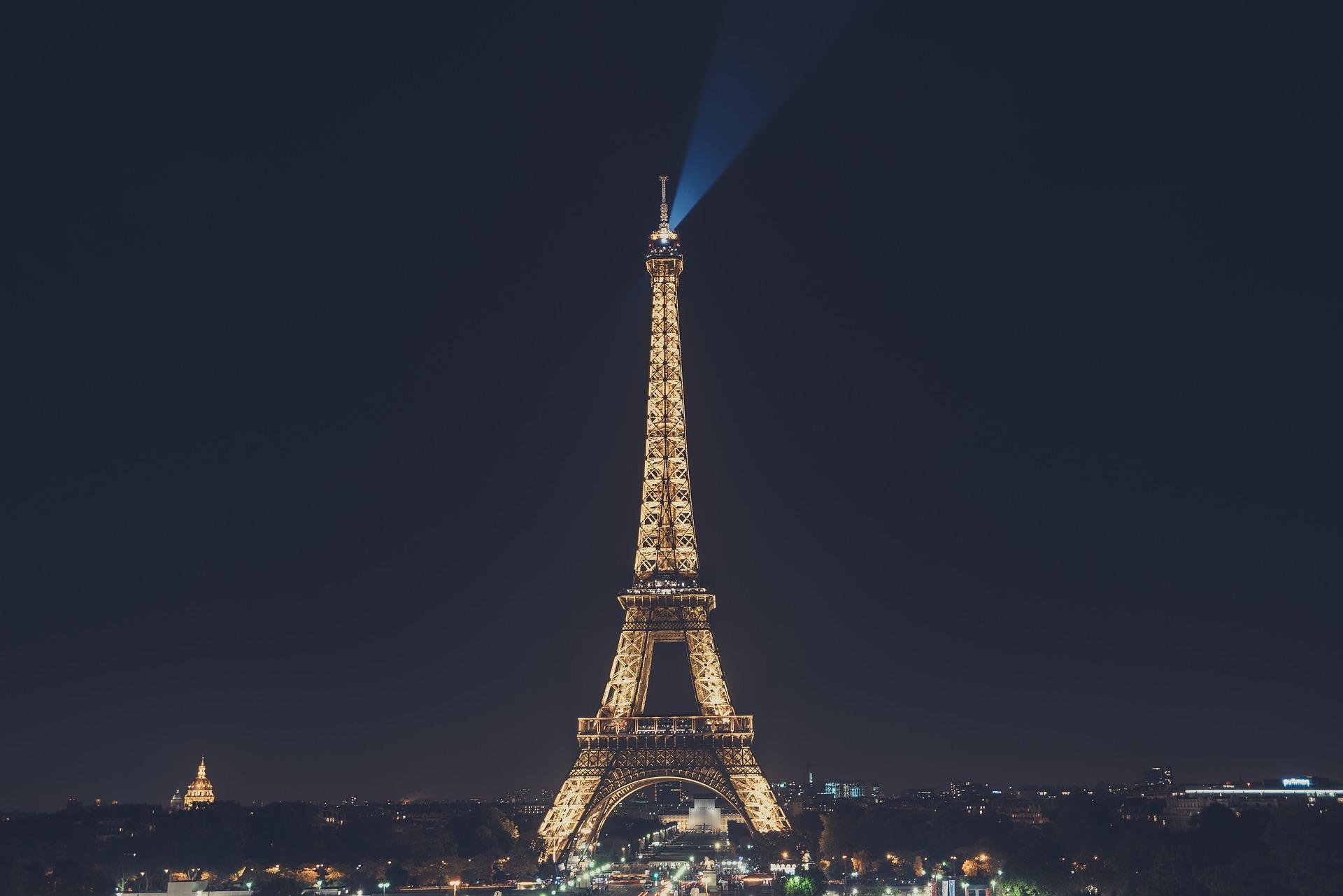 Во Франции на аукционе продали фрагмент Эйфелевой башни