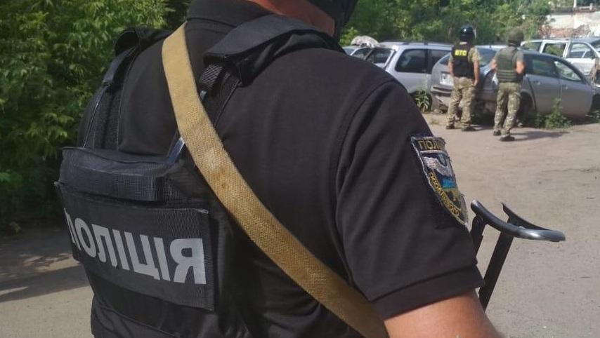 У Полтаві проходить спецоперація із затримання чоловіка, який викрав  автомобіль і погрожує підірвати гранату