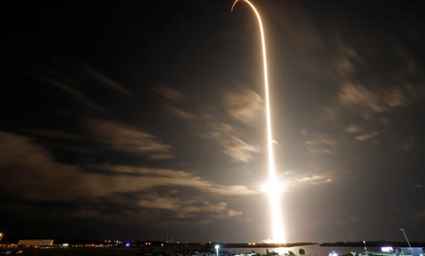 SpaceX з астронавтами на борту успішно пристикувався до МКС