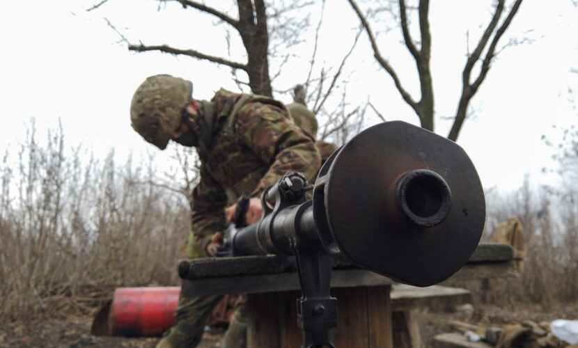 Російські найманці з гранатометів та кулеметів обстріляли позиції ЗСУ: поранений військовий