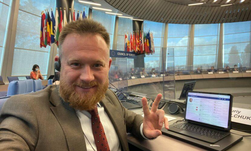 """""""Слуга"""" Камельчук, який вважає коронавірус вигадкою, стане спікером у ПАРЄ щодо COVID-паспортів"""