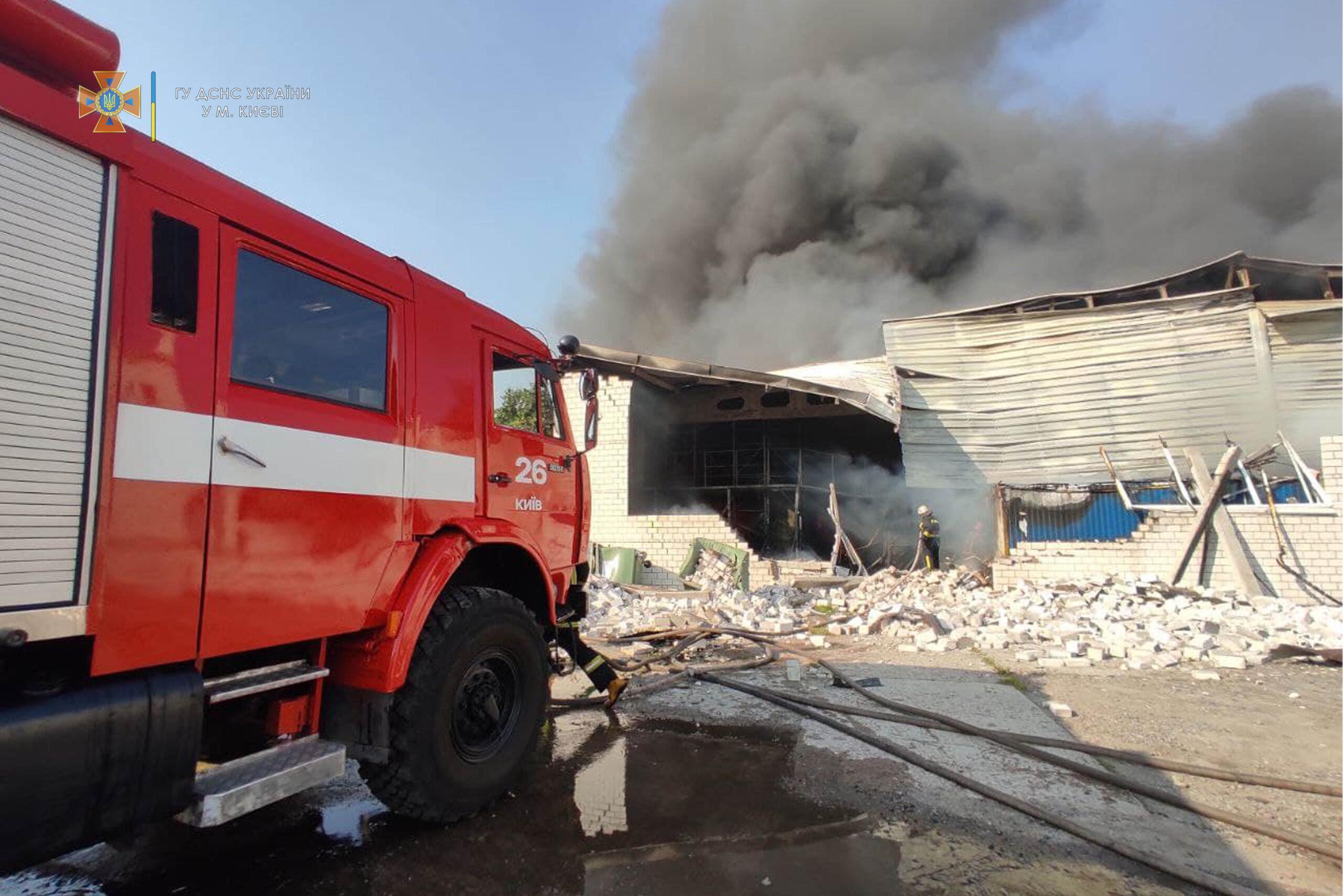 Масштабна пожежа у Києві: у Голосіївському районі горять склади